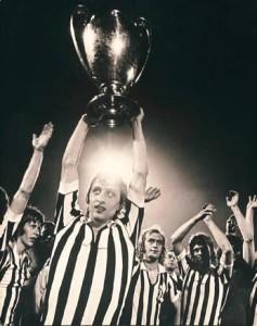 Cruyff, con la maglia della Juve (magari...), alza la terza coppa consecutiva per l'Ajax - fonte juventusfans.forumcommunity.net