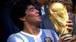 Maradona e la coppa - fonte historicalwallpapers.blogspot.it