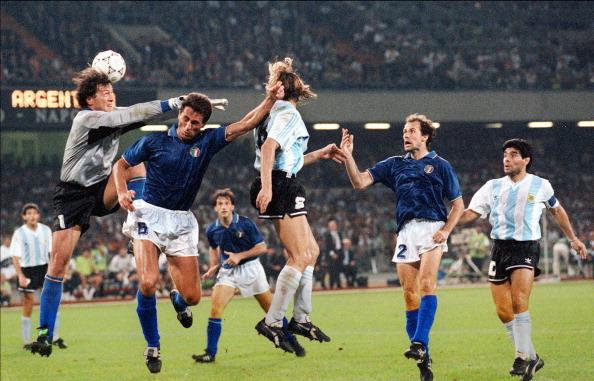 Argentinian forward Claudio Caniggia (C)