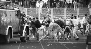 Scontri tra ultras e milizia. Fonte futbologia.org