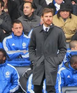 Davanti alla lunga panchina del Chelsea